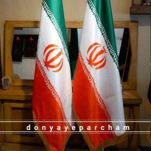 پرچم ایران ایستاده